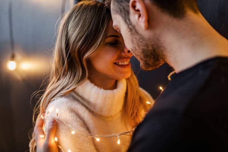 jeune couple heureux étreignent les uns les autres
