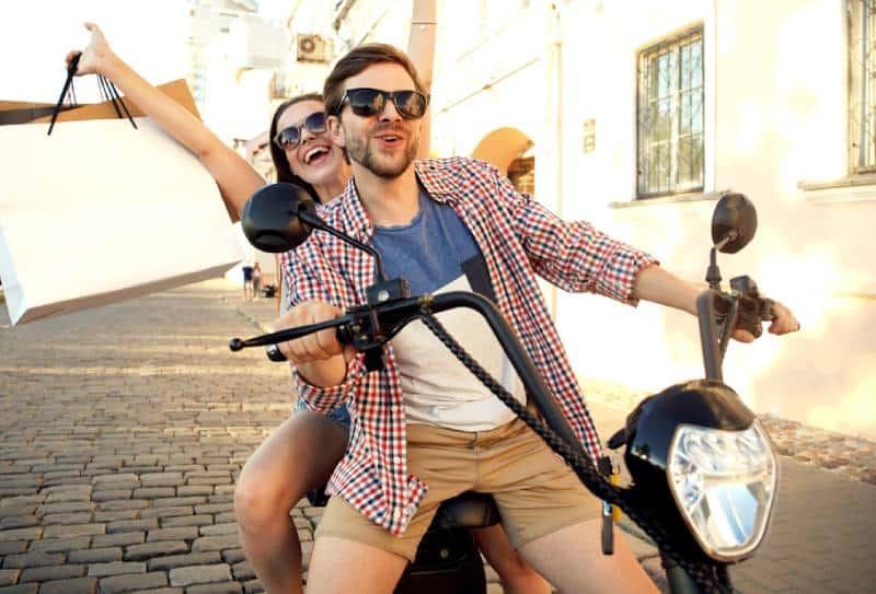 jeune couple heureux conduisant une moto