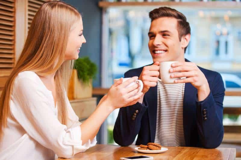 jeune couple se parlant et souriant