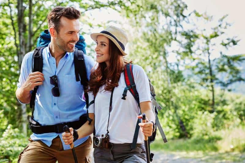 jeune couples heureux randonnée