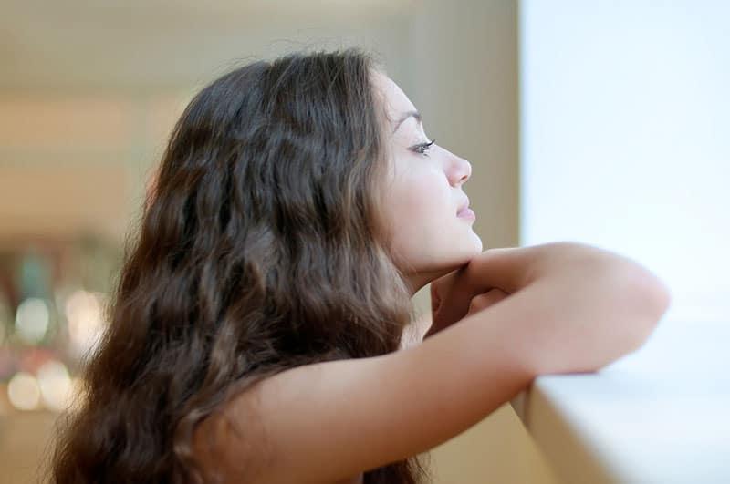 jeune femme, debout, fenêtre