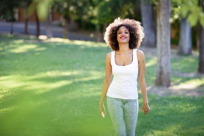jeune femme, sourire, dans parc