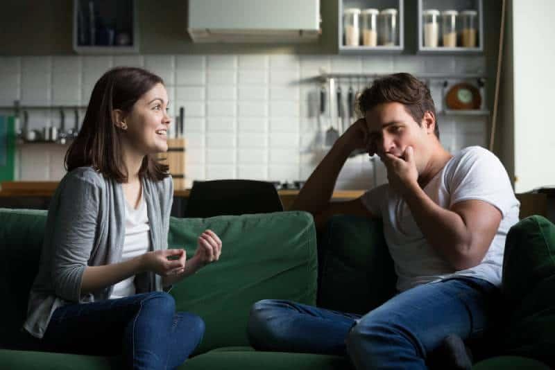 l'homme ne s'intéresse pas à la parole de femme à la maison