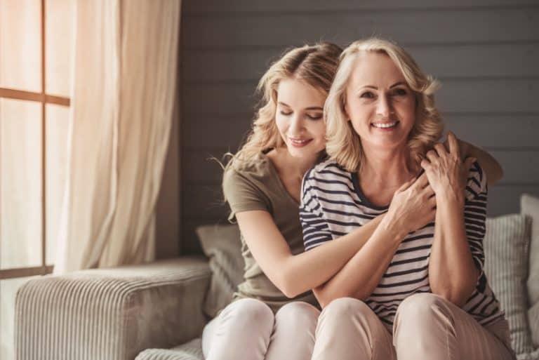 la fille embrasse sa mère reconnaissante de l'avoir