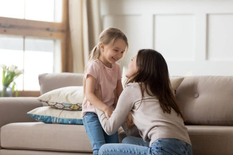 la petite fille s'amuse avec sa tante