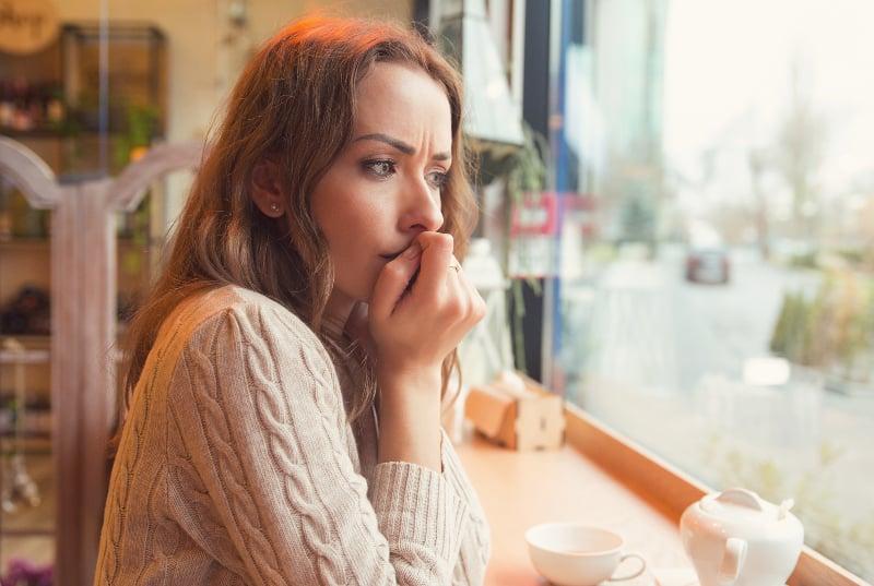 nerveux inquiet jeune femme