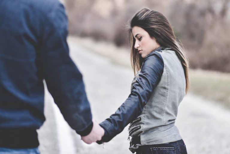 le jeune couple est gardé à portée de main