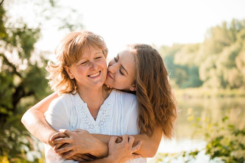 mère et fille s'embrassant