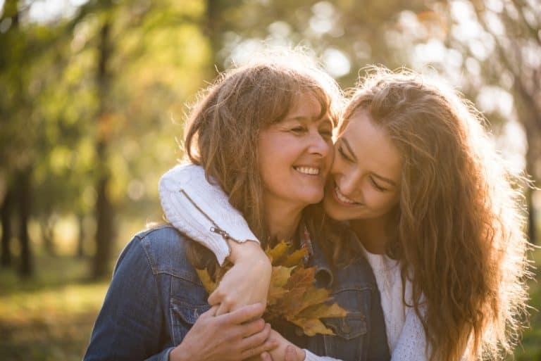 mère et fille s'embrassent dans le parc