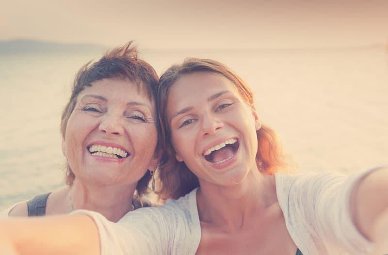 mère et fille souriant à la caméra
