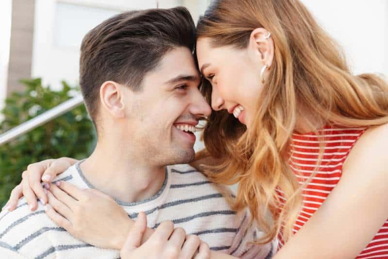 plan rapproché du couple romantique riant près de la maison