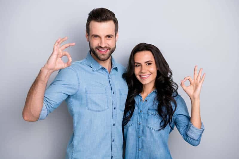 portrait de couple avec le signe d'ok