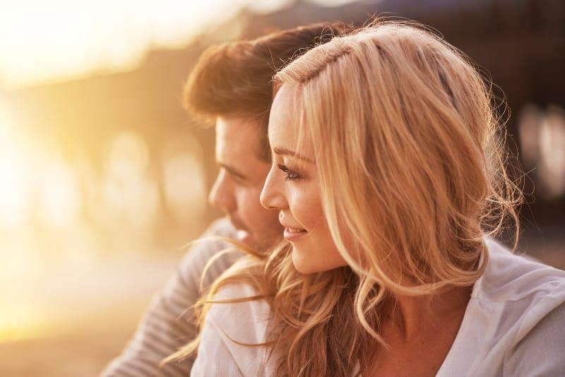 Couple romantique au coucher du soleil