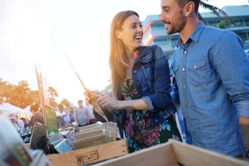 Couple se promenant au marché aux puces en fin d'après-midi