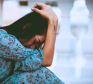 femme triste pleurant seule