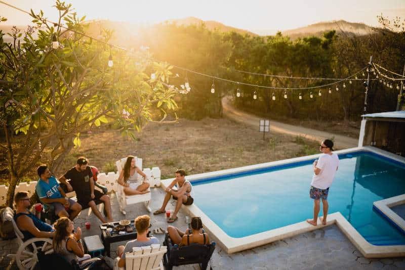 des personnes assises sur des chaises près de la piscine