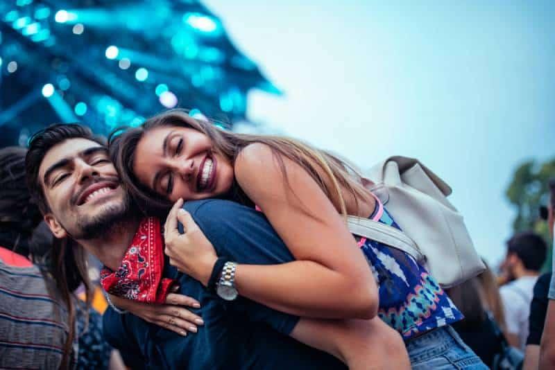 Un charmant jeune couple qui profite d'un concert ensemble
