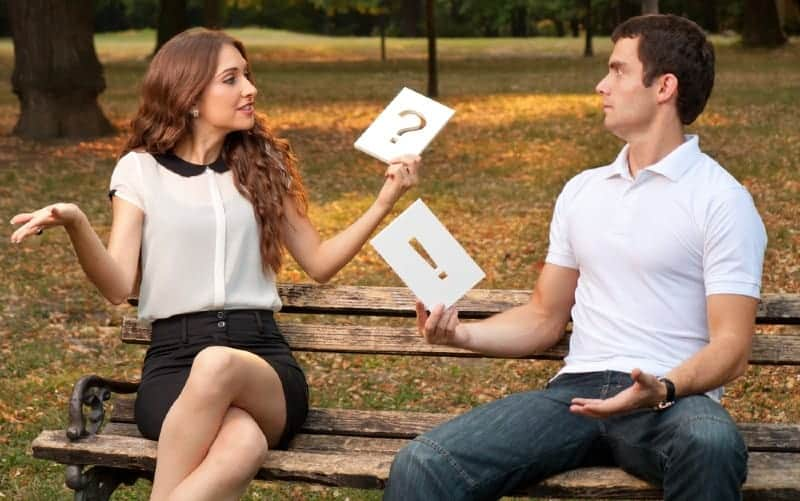 Un couple bouleversé assis sur un banc de parc