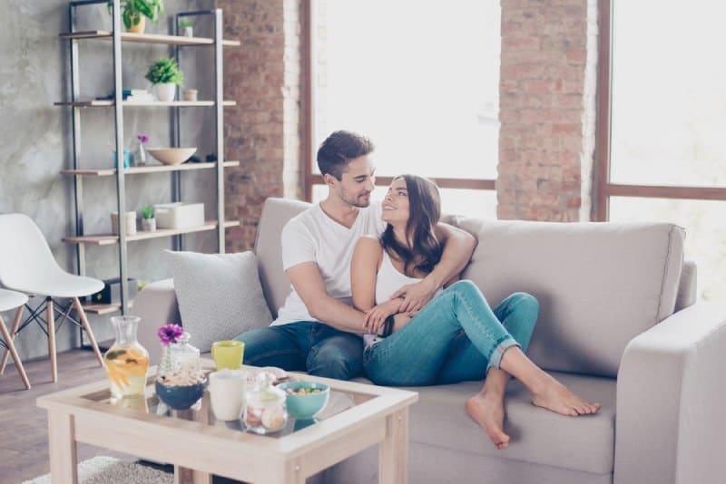Un couple heureux s'embrassant dans le salon
