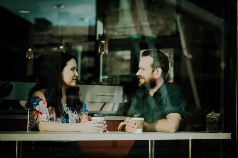 Un couple parle au café