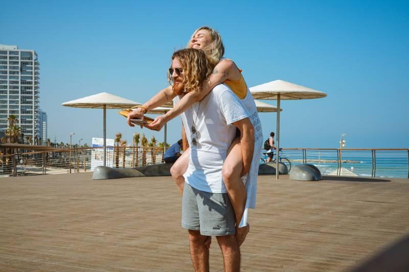 Un homme emmene sa petite amie sur son dos
