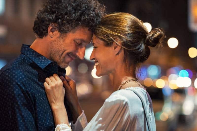 Un homme et une femme romantiques en soirée