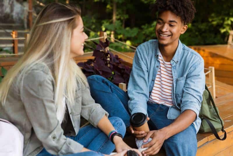 Un homme et une femme souriants discutent au café