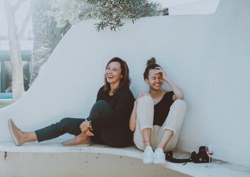 deux femmes riant