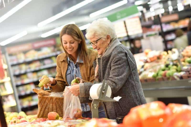 Une femme âgée avec une jeune femme à l'épicerie