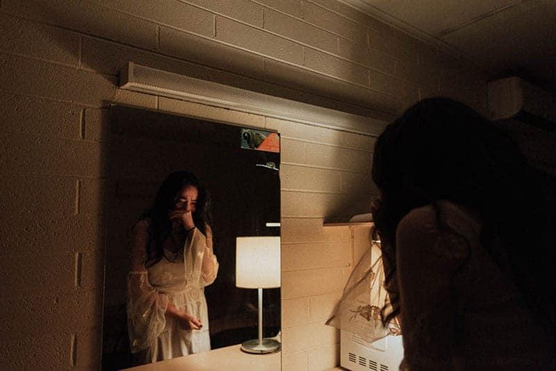 Une femme malheureuse pleure dans la salle de bains