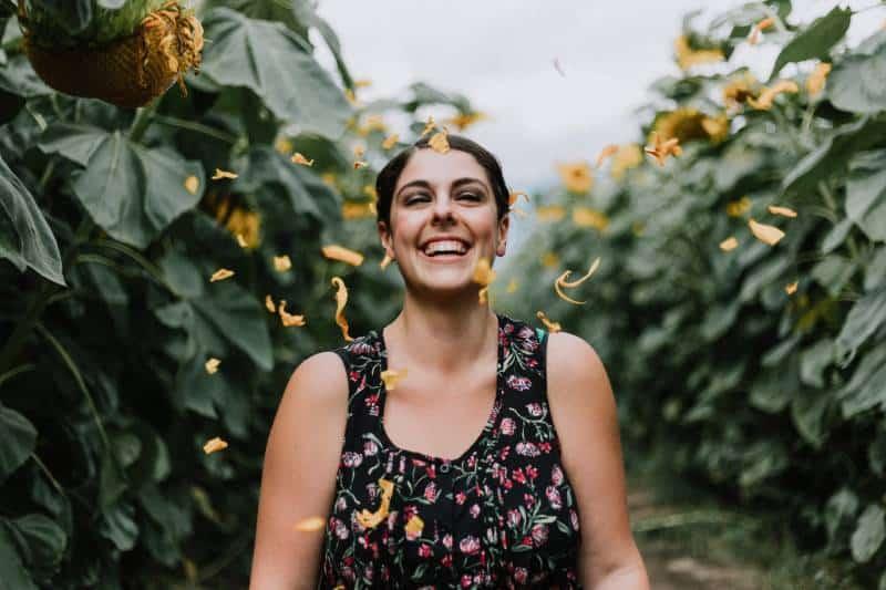 Une femme souriante à l'extérieur