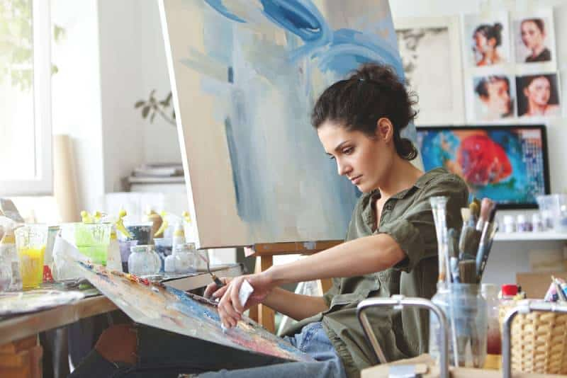 Une jeune étudiante suit des cours à l'atelier d'art