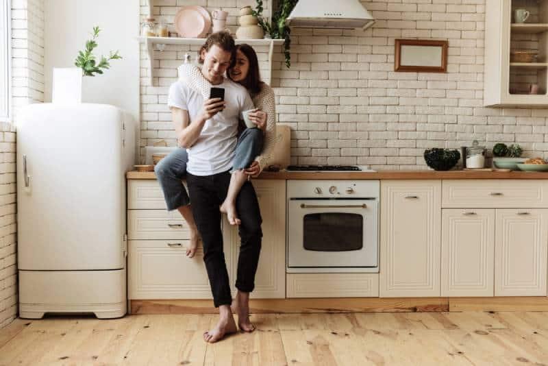 Une jeune famille dans la cuisine de sa nouvelle maison