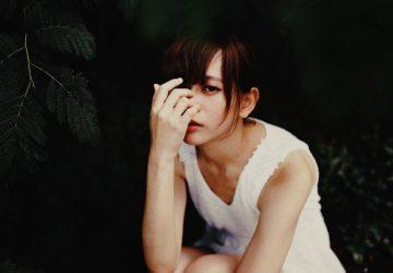 vignette photographie de femme en robe blanche sans manches