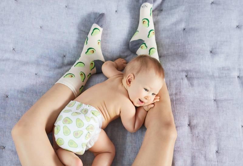 bébé seins nus sur les jambes de sa mère