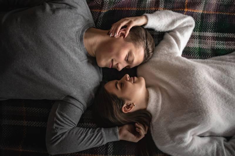couple allongé sur le sol et se regardant
