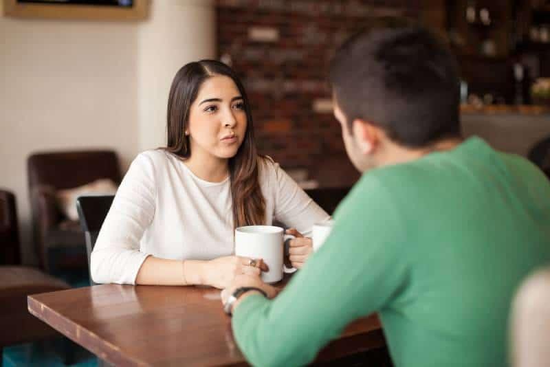 couple discutant au café et buvant du thé