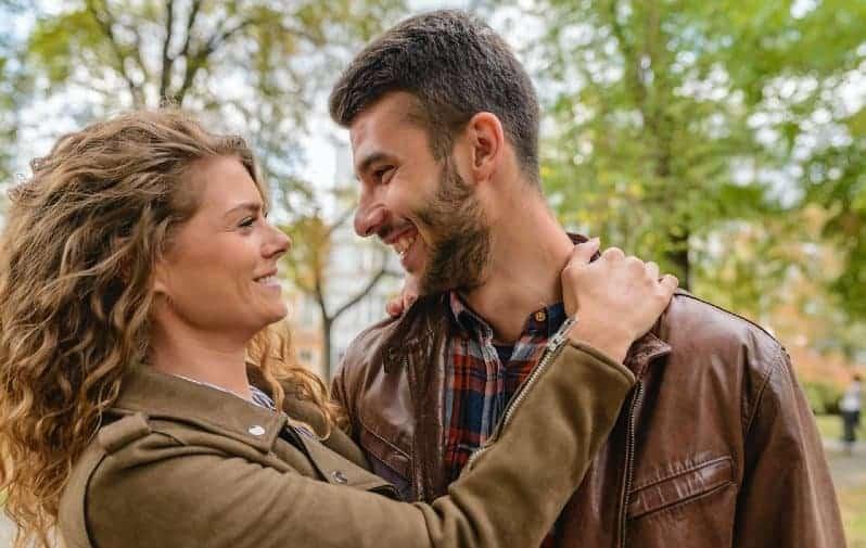 couple heureux en veste marron