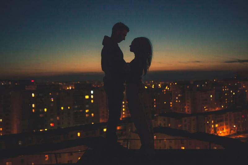 couple romantique au sommet d'un immeuble