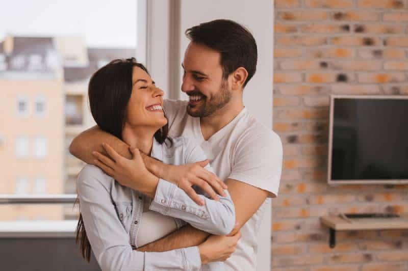couple romantique s'embrassant à la maison