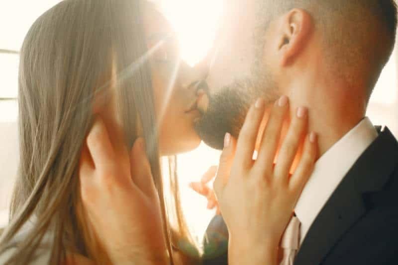 couple romantique s'embrassant