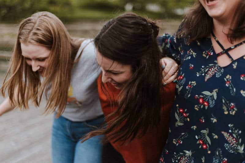 des amies qui sourient ensemble