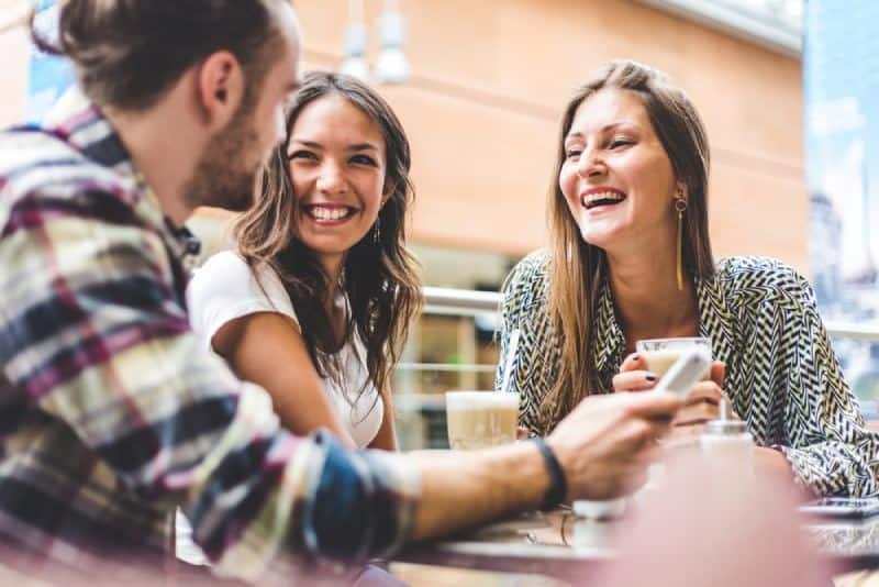 des amis heureux qui parlent à l'extérieur