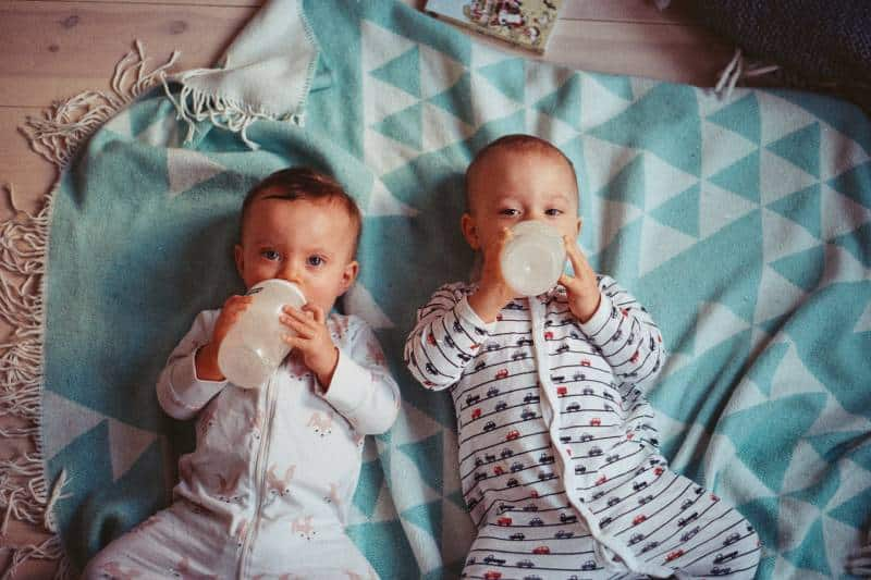 des bébés jumeaux qui boivent du lait