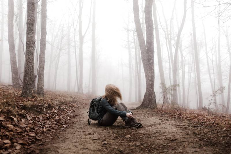 femme assise sur la terre ferme