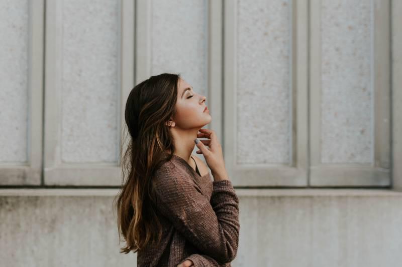 femme debout à côté du mur