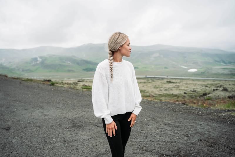 femme debout et regardant la montagne pendant la journée