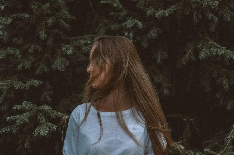 femme debout près d'un arbre