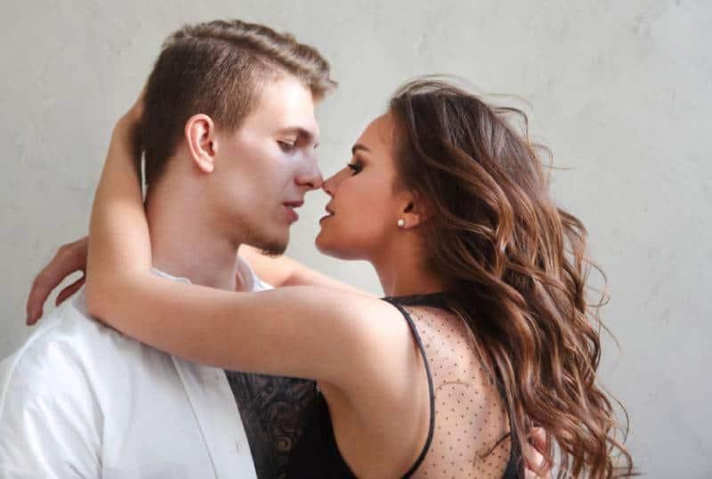 femme embrassant un homme