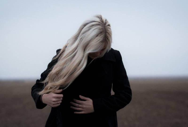 femme en manteau noir
